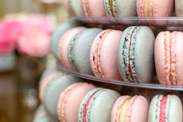 Pyramide von bunten makronen. süßigkeiten im urlaub. essbare dekoration Premium Fotos