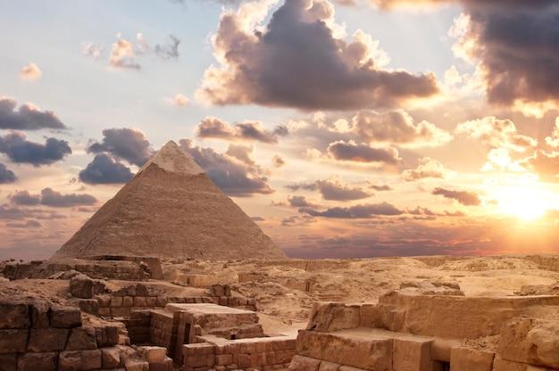 Pyramiden bei sonnenuntergang Premium Fotos