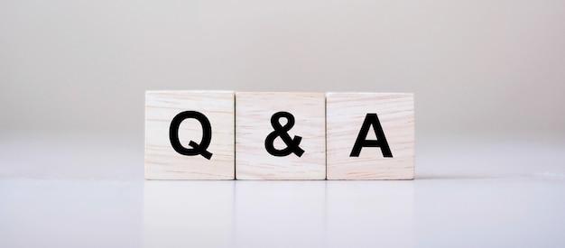 Q & a wort mit holzwürfelblock. faq (häufig gestellte fragen) Premium Fotos