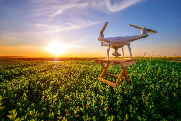 Quadcopter-brummenkamera mit fernbedienung vom grünen feld Premium Fotos