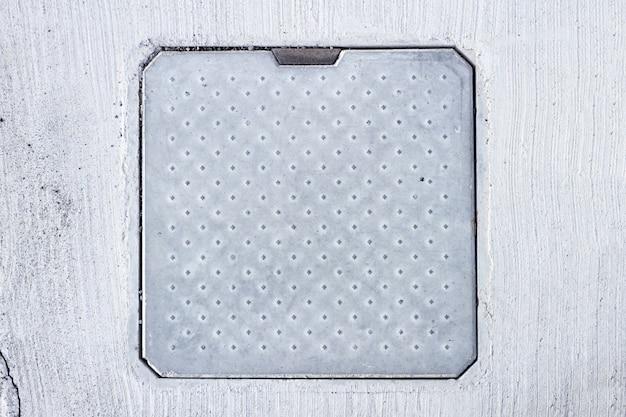 Quadratische schachtabdeckung auf dem boden Premium Fotos