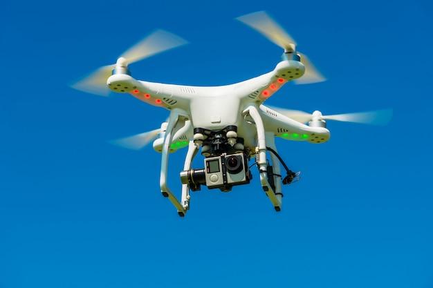 Quadrocopter mit der kamera in der luft Premium Fotos
