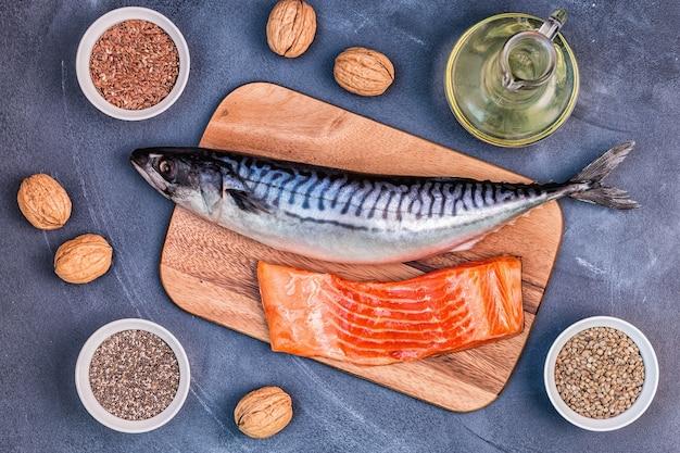 Quellen für omega-3-makrelen, lachs, leinsamen, hanfsamen, chia, walnüsse, leinsamenöl. konzept für gesunde ernährung. draufsicht mit kopierraum. Premium Fotos