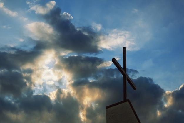 Querschattenbild mit dem sonnenuntergang als hintergrund Premium Fotos