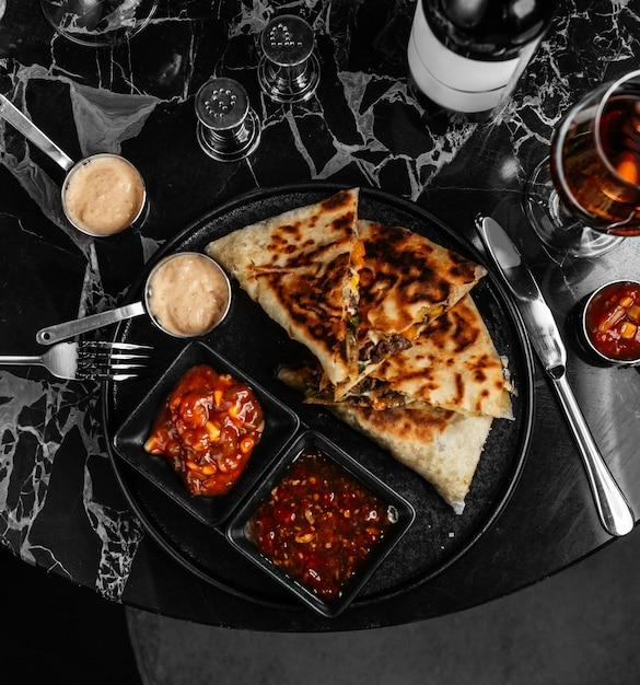 Quesadilla-fleisch in knusprigem fladenbrot und frischkäse-julienne Kostenlose Fotos