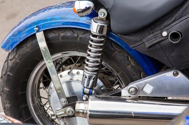 Rad-, stoßdämpfer- und auspuffrohrnahaufnahme. Premium Fotos