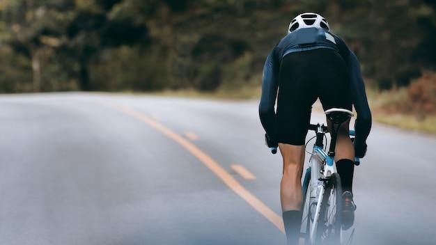 Radfahrer erhöhen geschwindigkeit durch sprint. Premium Fotos