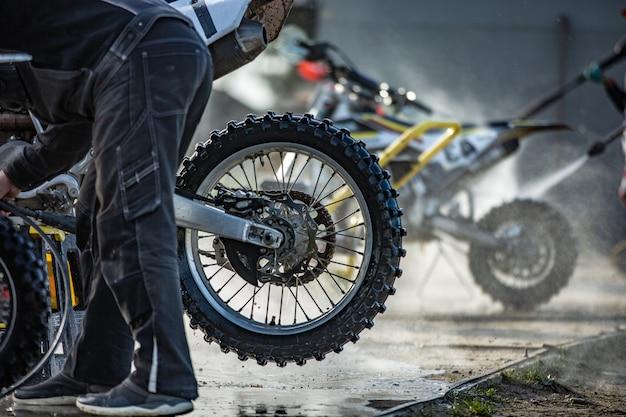 Radfahrer wäscht sein motorrad Premium Fotos