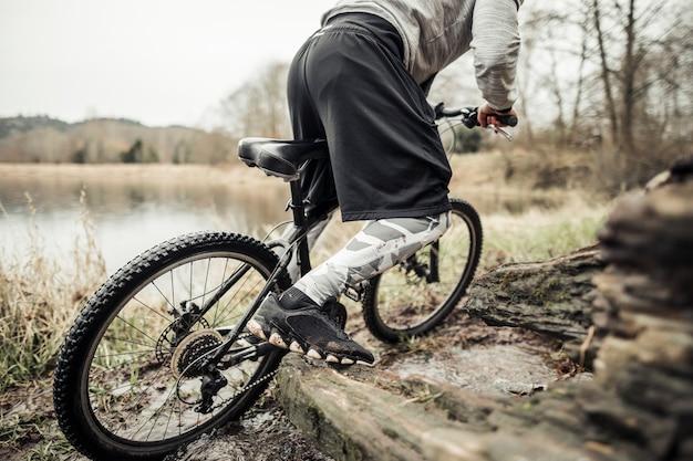 Radfahrerreitfahrrad nahe dem see Kostenlose Fotos