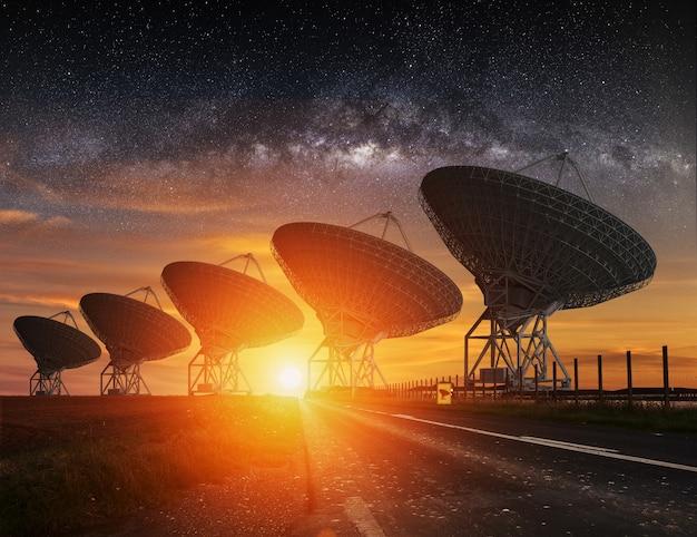 Radioteleskopansicht nachts Premium Fotos