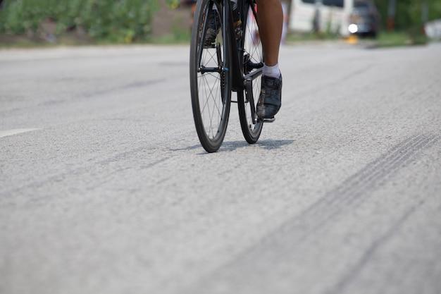 Radwettbewerb, fährt fahrrad auf asphaltstraße. Premium Fotos