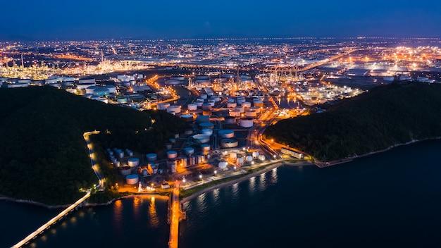 Raffinerieöl und erdölzone nachts in thailand Premium Fotos