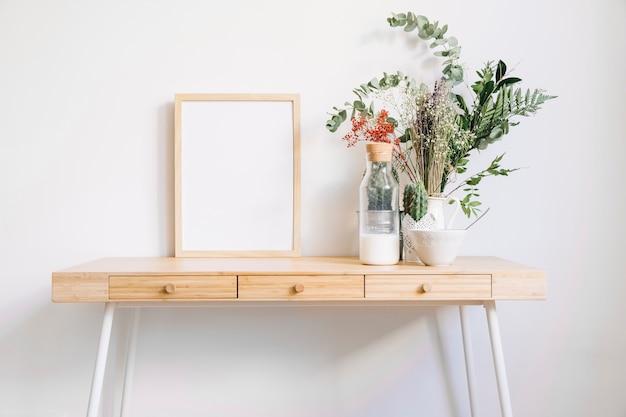 rahmen auf dekorativen tisch download der kostenlosen fotos. Black Bedroom Furniture Sets. Home Design Ideas