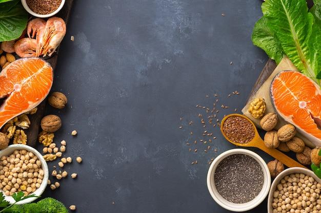 Rahmen der nahrungsquellen für omega 3 und omega 6. lebensmittel mit hohem fettsäuregehalt, einschließlich gemüse, meeresfrüchten, nüssen und samen Premium Fotos