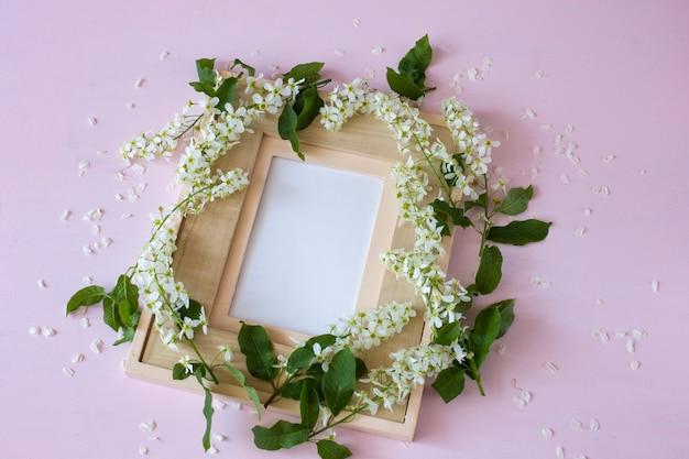 Rahmen, freiraum und traubenkirsche auf rosa Premium Fotos