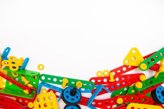 Rahmen für text. draufsicht von mehrfarbenkindern spielen baublockziegelsteine auf weißem hintergrund. Premium Fotos