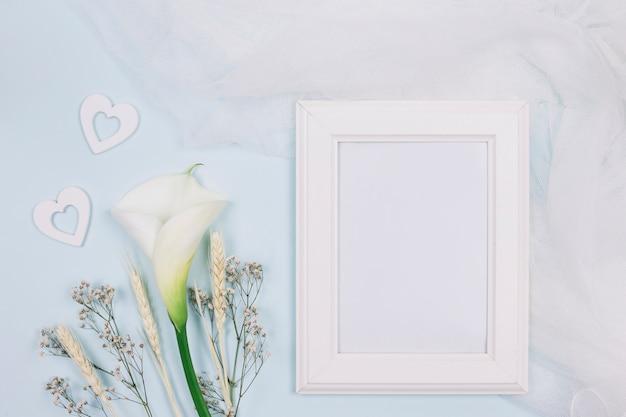 Rahmen mit blumen und brautschleier Kostenlose Fotos