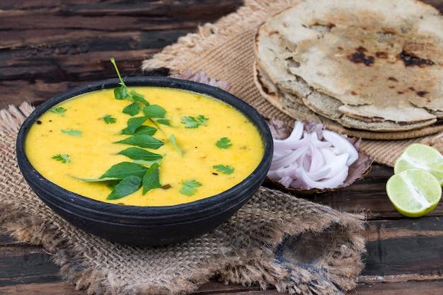 Rajasthani und gujarati traditionelle küche kadhi oder bajra roti Premium Fotos