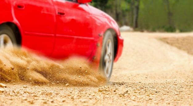 Rallye-auto im feldweg. Premium Fotos
