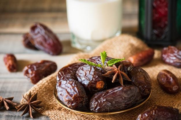 Ramadan essen und getränke-konzept. ramadan laterne mit milch, datteln obst Premium Fotos