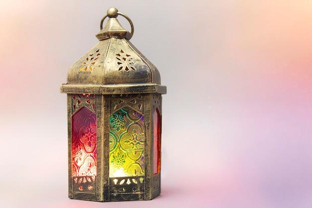 Ramadan kareem. dekorative arabische laterne mit einer brennenden kerze. Premium Fotos