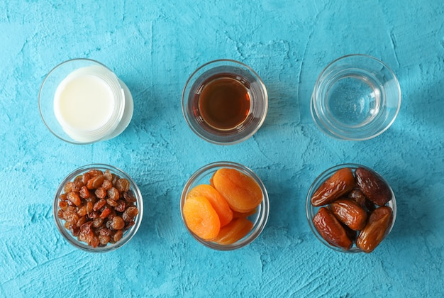 Ramadan kareem essen auf farbhintergrund Premium Fotos