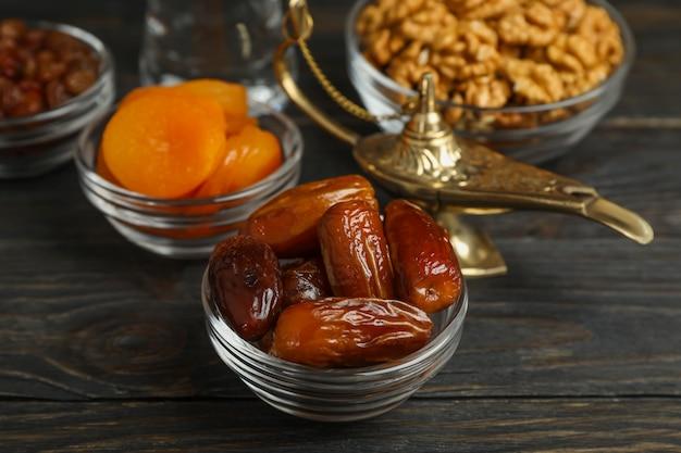 Ramadan kareem essen und dekoration auf holztisch Premium Fotos