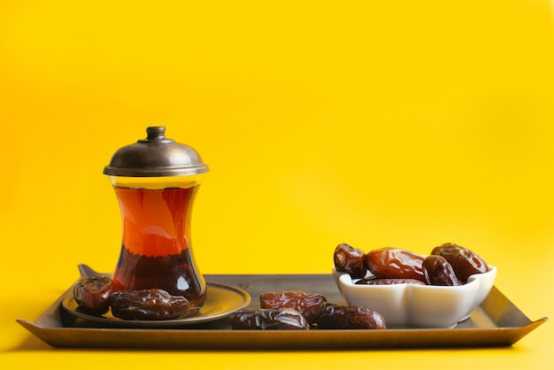 Ramadan kareem festival, termine bei schüssel mit einer tasse schwarzem tee Premium Fotos