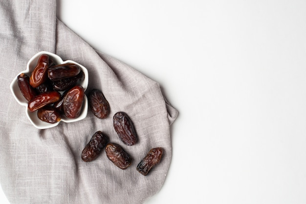 Ramadan kareem festlich, nahaufnahme von datumsangaben an der schüssel Premium Fotos