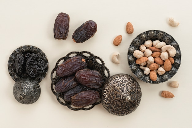 Ramadan kareem mit erstklassigen daten und nüssen auf weißem hintergrund Kostenlose Fotos
