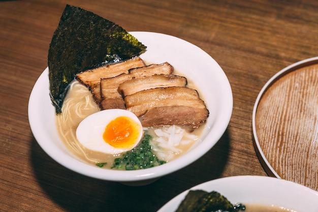 Ramen-schweinefleisch-knochen-suppe (tonkotsu ramen) mit chashu-schweinefleisch. Premium Fotos