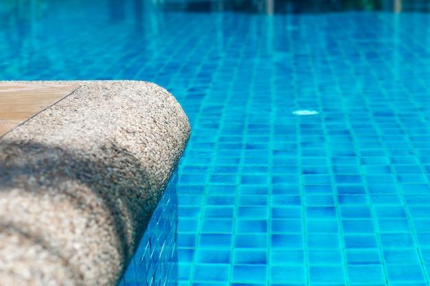 Rand des pools mit kristallblauem wasser Premium Fotos