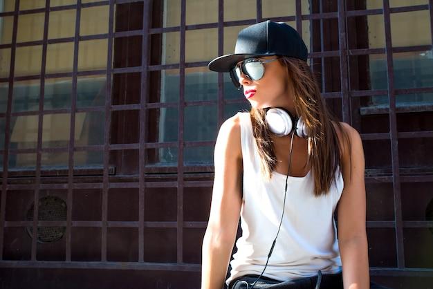 Rapper mädchen mit kopfhörern in einer europäischen stadt Premium Fotos