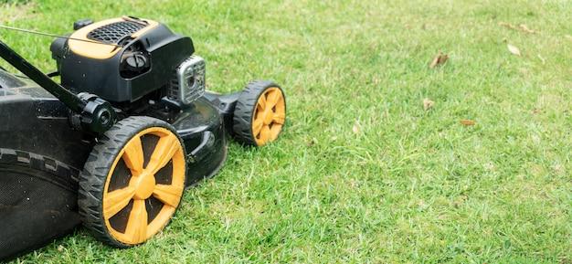 Rasenmäher auf grünem gras Premium Fotos