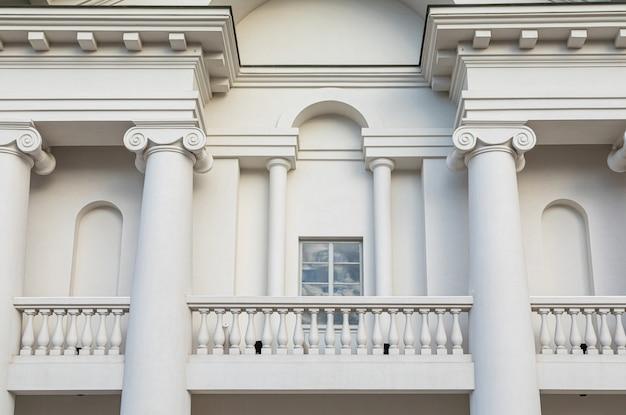 Rathaus-weißbalkon minsk klassischer Premium Fotos