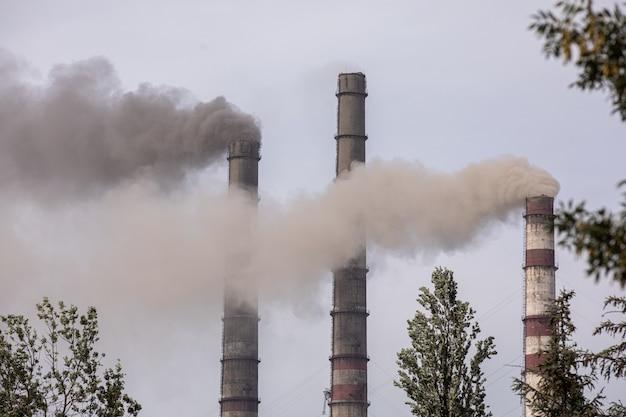 Rauch aus den rohren der wärmestation Premium Fotos