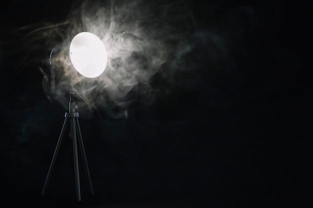 Rauch in der nähe der lampe Kostenlose Fotos