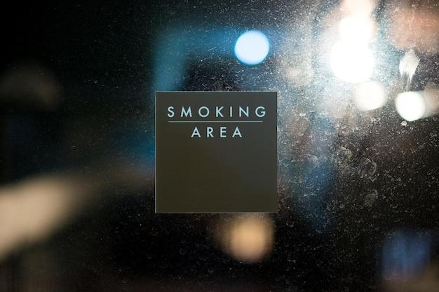 Rauchbereichzeichen-mitteilungsaufkleber auf glastürhintergrund Premium Fotos