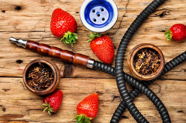 Rauchende shisha auf erdbeere Premium Fotos