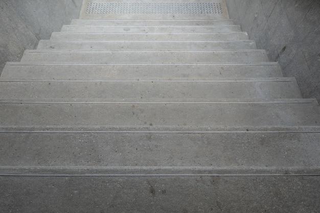 Rauf und runter treppen mit handläufen zum ausbalancieren Premium Fotos