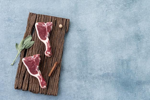 Raumlamm auf holznahrungsmittelhintergrund Premium Fotos