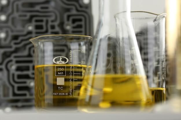 Reagenzglaschemieflasche gegen hintergrund von hydroblock-acp mit gelber flüssigkeit reinigte öl von der wiederverwertung und von der schmierstoffverkaufsnahaufnahme Premium Fotos