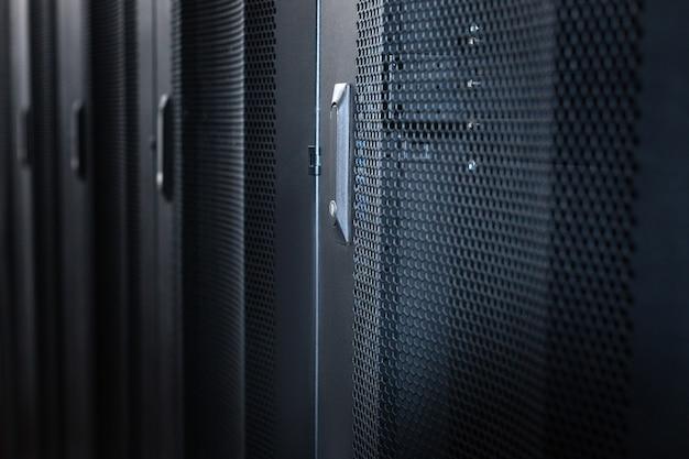 Rechenzentrum. stilvolle moderne serverschränke aus schwarzem metall in einem rechenzentrum Premium Fotos