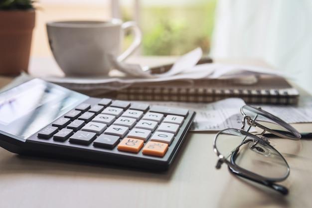 Rechner mit rechnungen, steuern, kontostand und hauskostenberechnung Premium Fotos