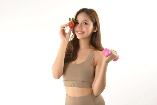 Recht asiatische frau mit dummkopf und erdbeere auf weiß Premium Fotos