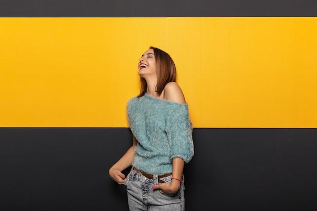 Recht junge dame, die herum im studio täuscht Kostenlose Fotos