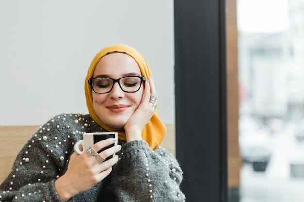 Recht junge frau, die einen kaffee genießt Premium Fotos