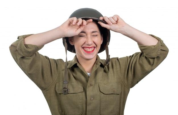 Recht junge frau kleidete in der amerikanischen militäruniform ww2 mit sturzhelm m1 an Premium Fotos