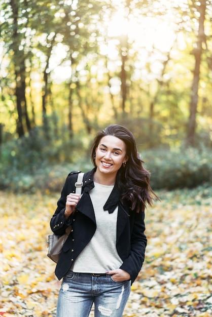 Recht langes haar brunettemädchen, das im park sich entspannt Premium Fotos