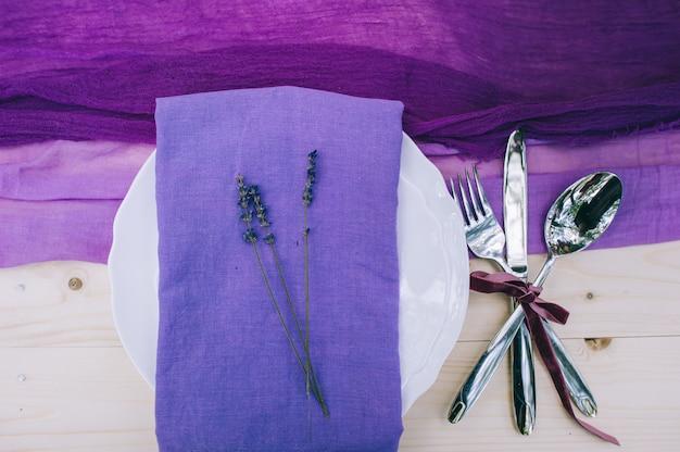 Recht purpurrotes tupfenhochzeitstabellengedeck auf weißer schäbiger schicker tabelle mit gerade verheiratetem tag Premium Fotos